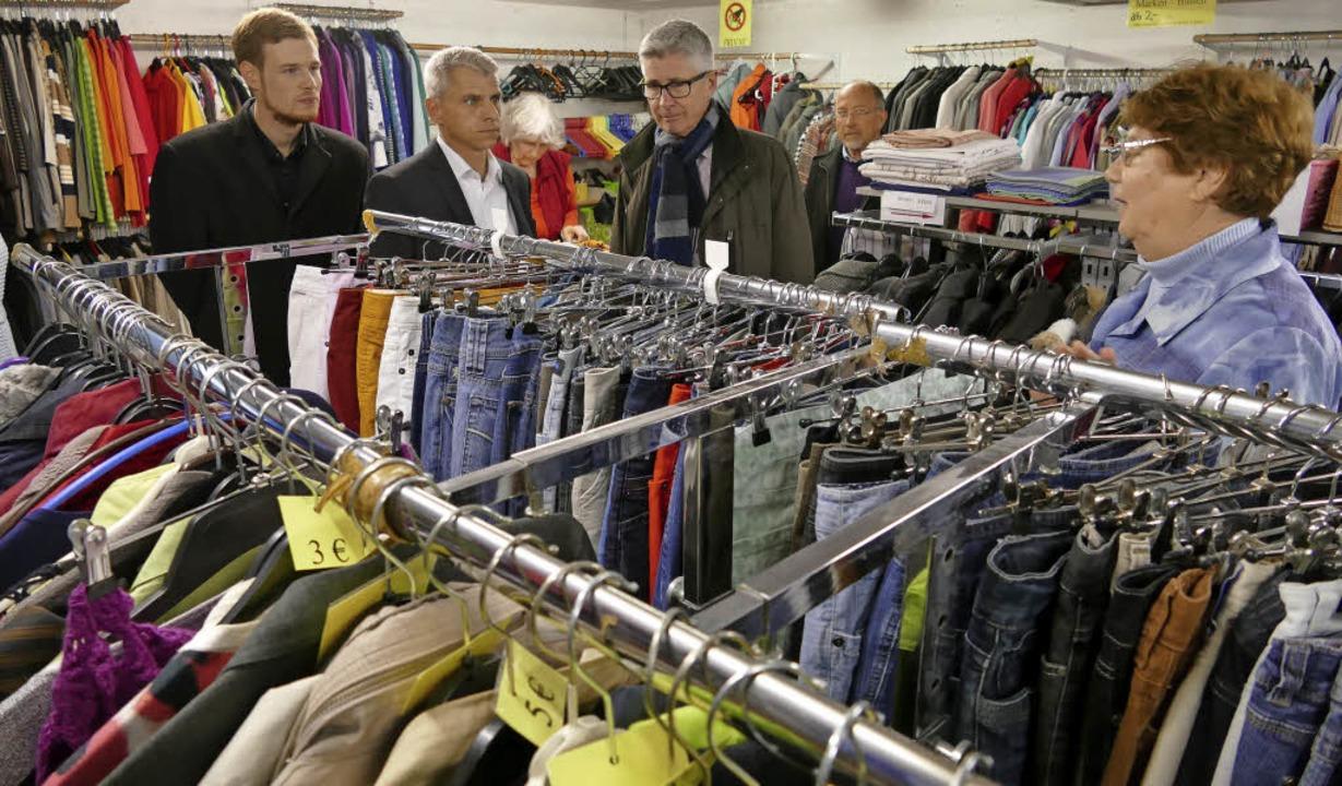 Auch die Kleiderkammer der Tafel quill... Rapp und Stadtrat Marvin Wolf zeigen.  | Foto: Hans-Peter Müller