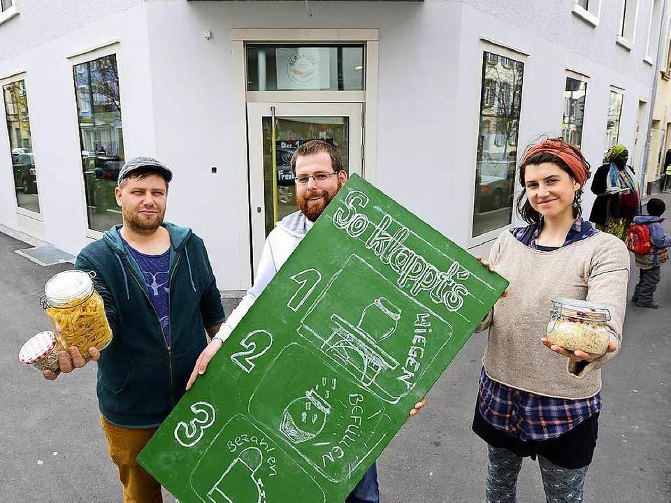 Diese drei Unternehmer sagen dem Verpa...la, Björn Zacharias und Lisa Schairer.  | Foto: Ingo Schneider