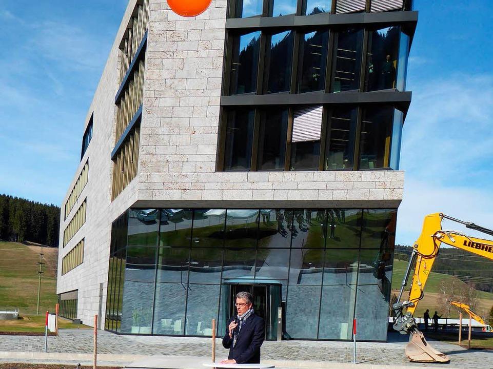 Der Vorstandsvorsitzende Burkart Knospe vor dem Gebäude, das bereits steht.  | Foto: Peter Stellmach