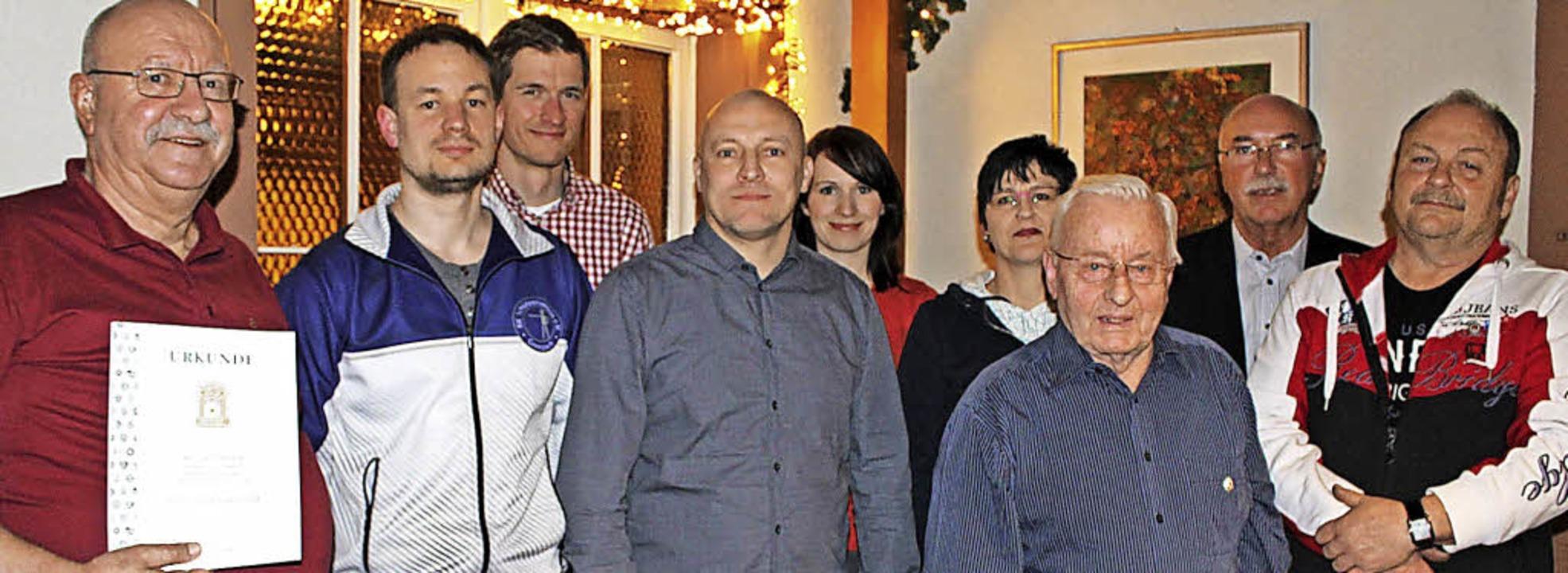 Geehrte und Neumitglieder des Kleinkaliberschützenvereins Grenzach   | Foto: Albert Greiner