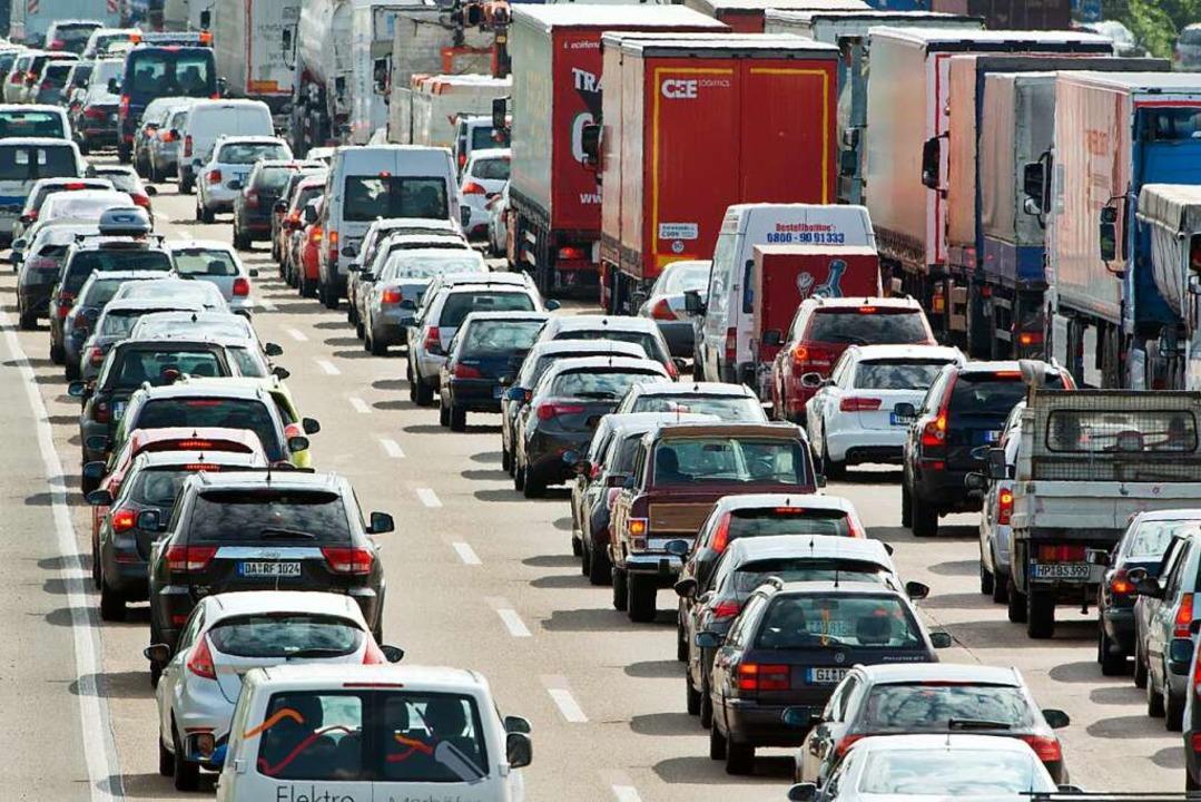 Nach einem Unfall auf der A5 bei Bühl ...e die rechte Fahrspur gesperrt werden.  | Foto: dpa