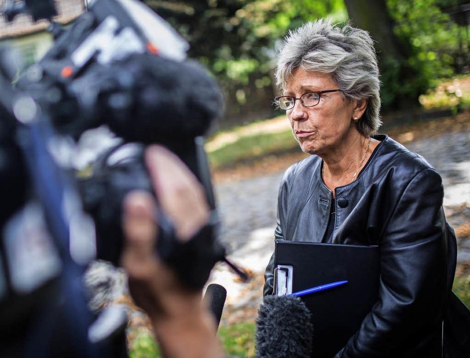 Kommissariatsleiterin Gina Graichen gibt einem Fernsehteam Auskunft (2016).   | Foto: DPA