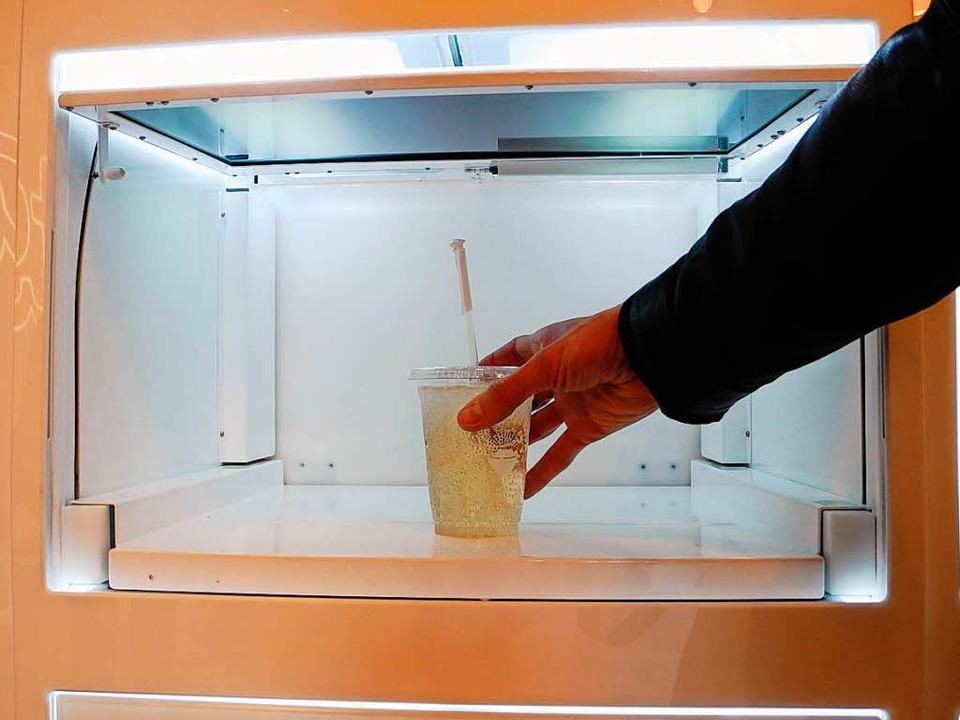 Im Roboter-Restaurant Eatsa stehen die...unden in einer der beleuchteten Boxen.  | Foto: Johannes Schmitt-Tegge (dpa)