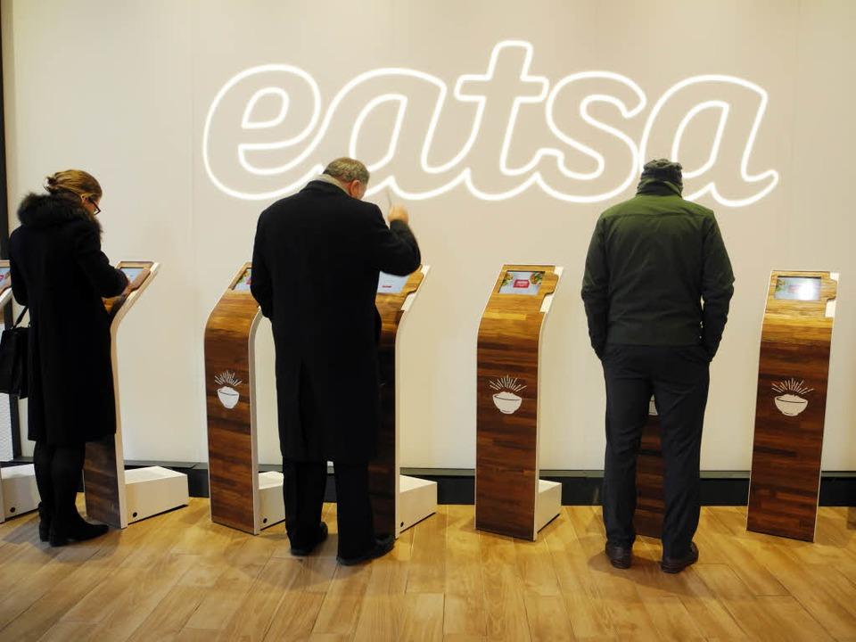 Kellner im klassischen Sinne gibt es im Eatsa keine mehr.  | Foto: Johannes Schmitt-Tegge (dpa)