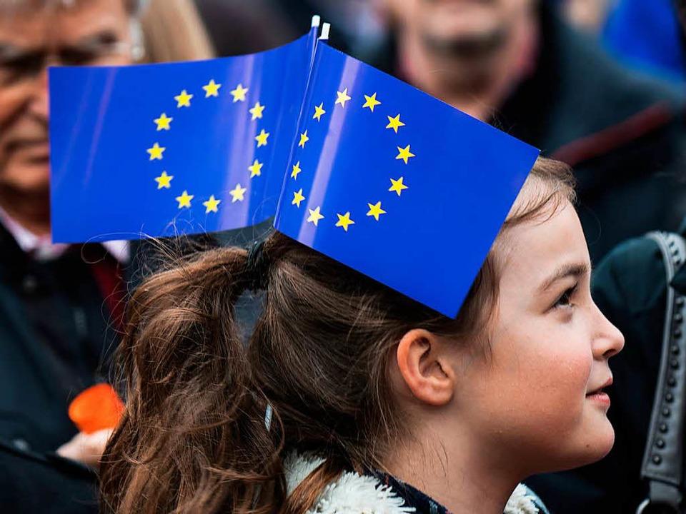 Ein junges Mädchen demonstriert in Frankfurt für die europäische Idee.  | Foto: dpa