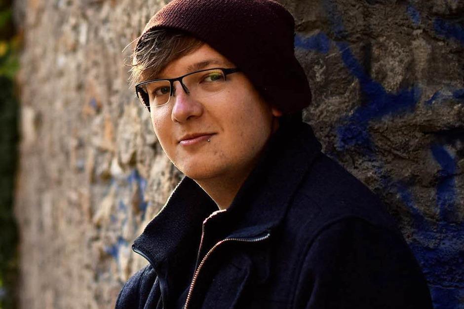 """Thilo Dierkes (21) ist Poet, Gewinner des Literaturpreises Open Mike in der Kategorie """"Prosa"""" (Gewinnertext """"Von Ajaccio her"""") und arbeitet zur Zeit an seinem ersten Buch. (Foto: Simon Sahner)"""