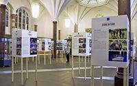 In der Meckelhalle der Sparkasse läuft die Ausstellung über 90 Jahre Angell-Schulen