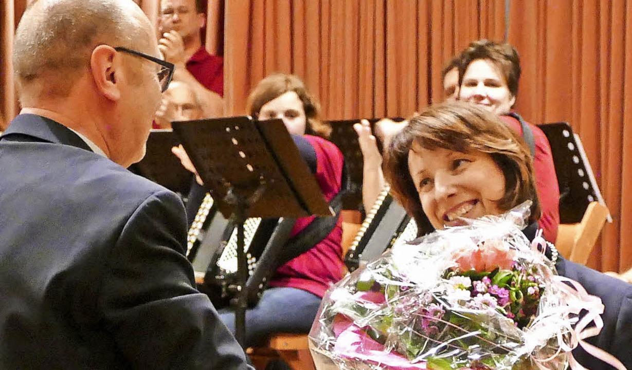 Harald Ebner, bisheriger Bürgermeister... deren Vereidigung einen Blumenstrauß.  | Foto: Elena Bischoff