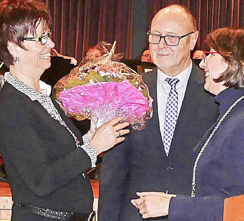 Auch Harald Ebners Frau Elke bekam Blumen als Dankeschön  | Foto: Elena Bischoff