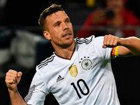 Perfekte Party: Podolski trifft in seinem letzten Länderspiel