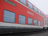 Zwei leichtsinnige Personen auf Puffern eines Regionalzugs mitgefahren