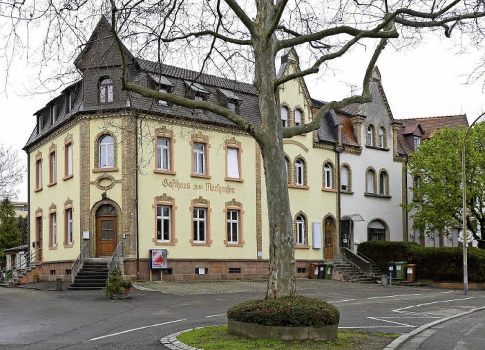 Nur noch die Fassadeninschrift ist vom...des Blocks (rechts, hinter dem Baum).   | Foto: Ingo Schneider