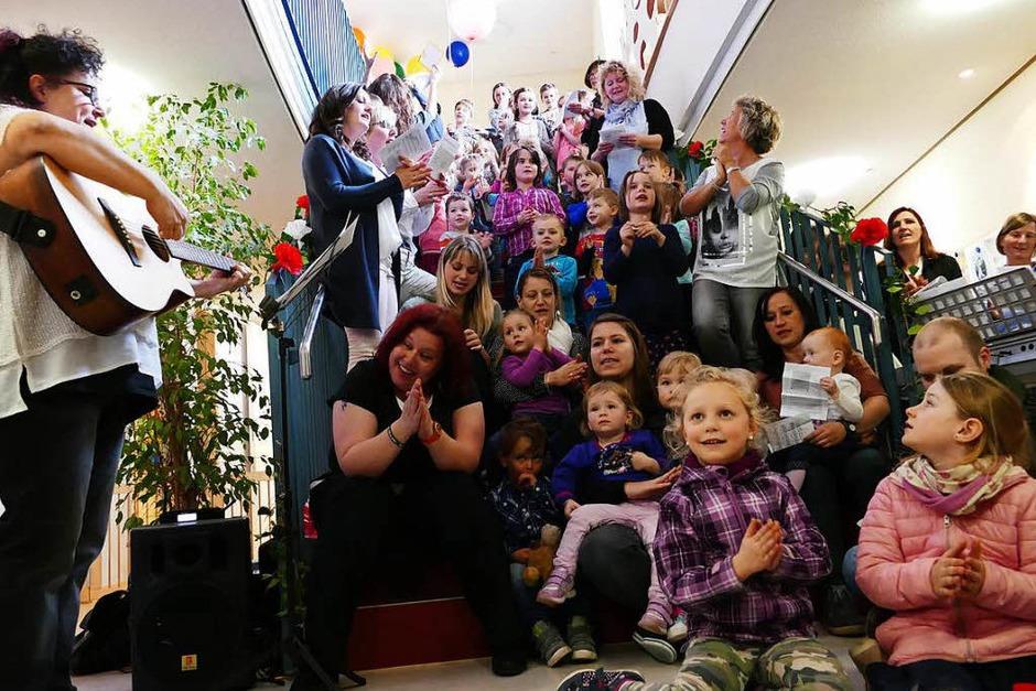 Der Kinderchor des Kinderland Hohenlupfen Stühlingen singt ein Ständchen. (Foto: Stefan Limberger-Andris)