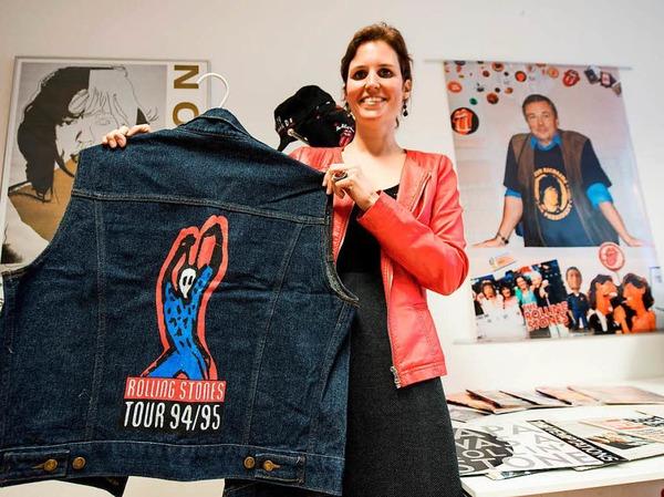 Leihgeberin Annette Karpp mit Rolling Stones-Kutte, auf dem Foto hinten rechts ihr Vater, Rechtsanwalt und Stones-Fan Reinhold Karpp.