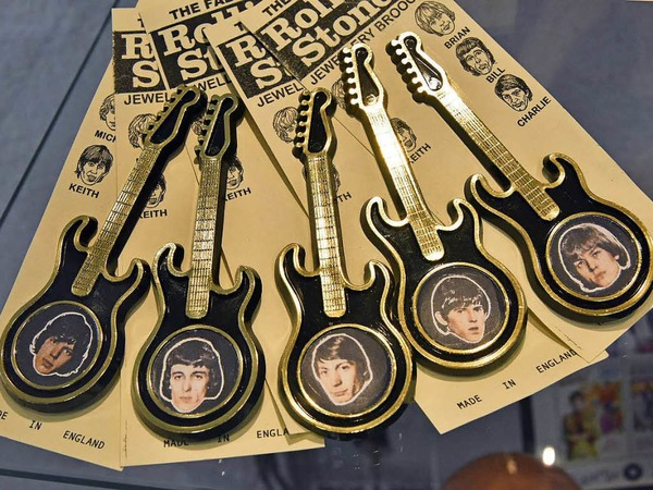 Anstecknadeln in Gitarrenform