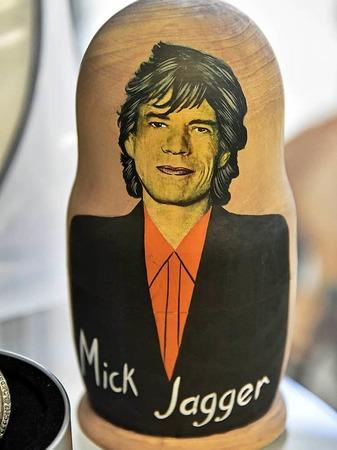 Mick Jagger auf einer  Matroschka