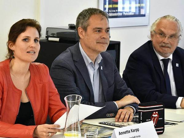 Leihgeberin Annette Karpp mit Michael Fischer, dem Geschäftsführenden Direktor des  Zentrum für Populäre Kultur und Musik und Gunther Neuhaus, Prorektor für Forschung der Universität Freiburg (von links).