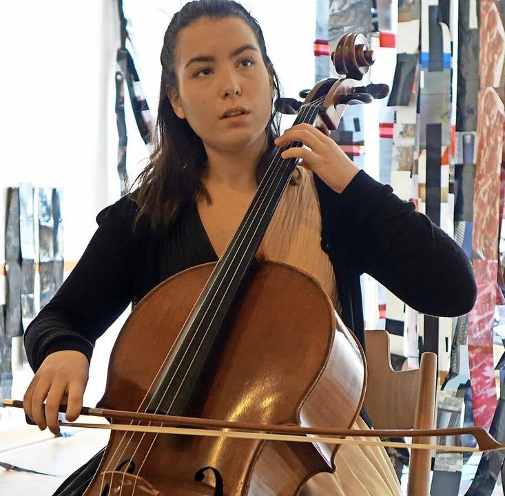 Die junge Cellistin Natalia Dauer aus ...ntensivem und ausdrucksstarkem Spiel.     Foto: Roswitha Frey