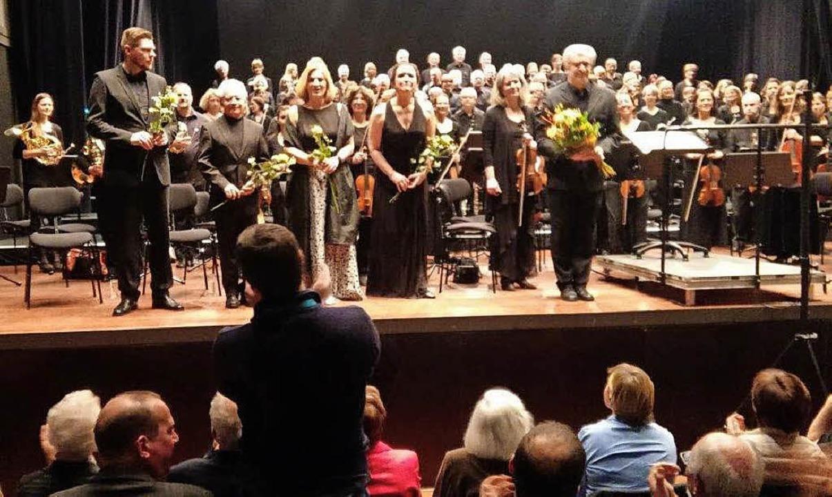 Solisten, Dirigent, Orchester und Chor...r den Applaus des Publikums entgegen.   | Foto: Tarr