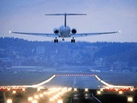 Gepäckwagen rollen auf Piste - Beinahkollision mit Flugzeug