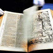 Christuskirche zeigt Bibeln