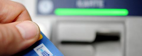 Banken erheben von eigenen Kunden Abhebegebühren