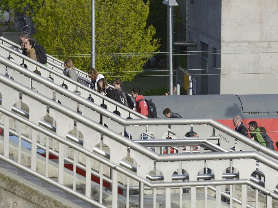 Treppen der Stadtbahnbrücke am Hauptbahnhof, die zu den Gleisen hinunterführen  | Foto: Ingo Schneider