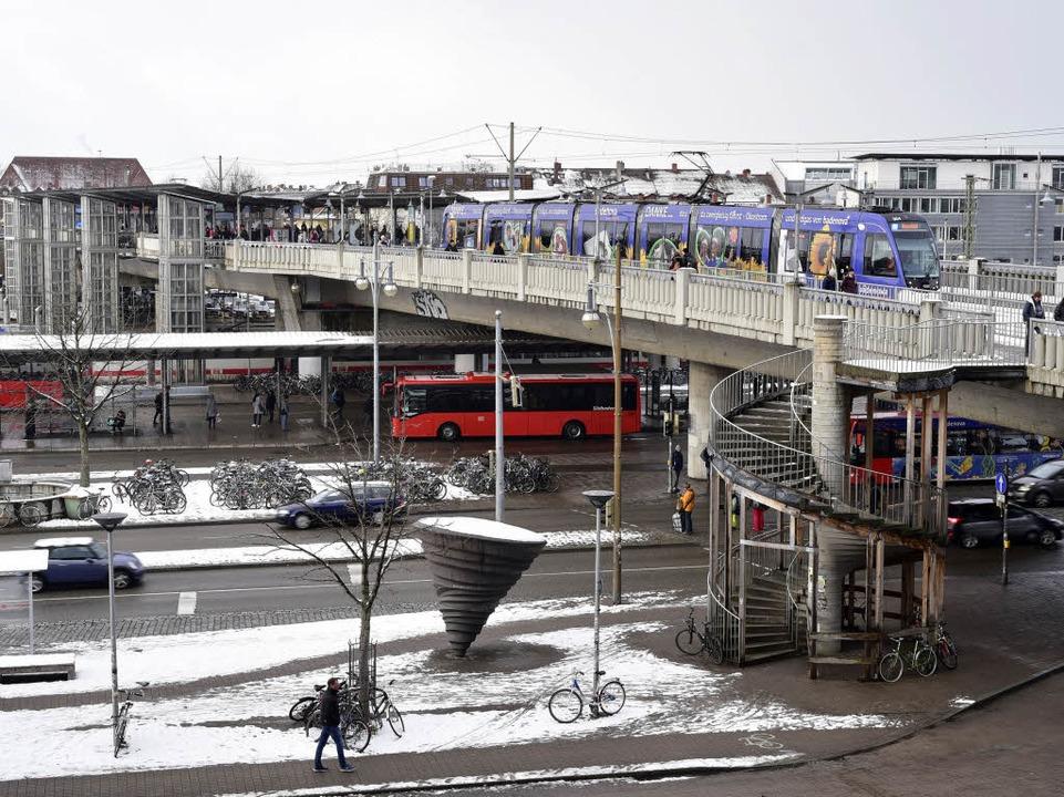 Die Stadtbahnbrücke am Hauptbahnhof  | Foto: Thomas Kunz