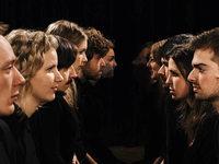 Laut und Lyrik: Ganz in Schwarz und barfuß auf der Bühne