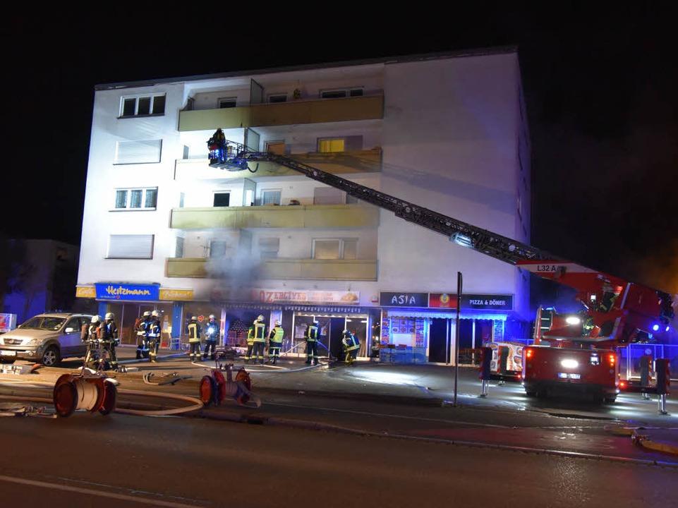 Im Einsatz war die Feuerwehr Lörrach mit acht Fahrzeugen und 50 Einsatzkräften  | Foto: Martin Eckert