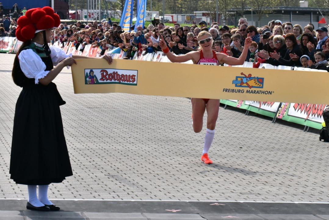 Veronica Hähnle-Pohl lief als Siegerin der Frauen beim Halbmarathon ein.  | Foto: Daniel Thoma
