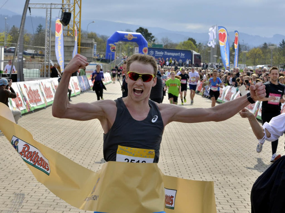 Lokalmatador Lukas Naegele hat den Fre...athon gewonnen, Zeit: 2:26:34 Stunden.  | Foto: Daniel Thoma