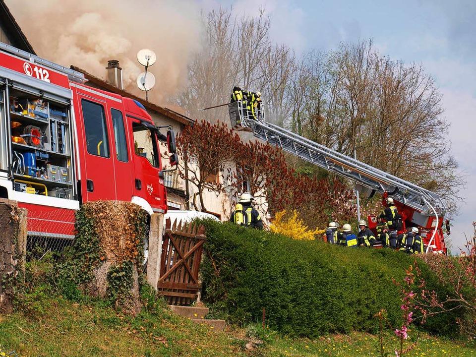Unter Einsatz von Drehleiter und Lösch...die Wehrmänner den Brand zu bekämpfen.    Foto: Paul Schleer