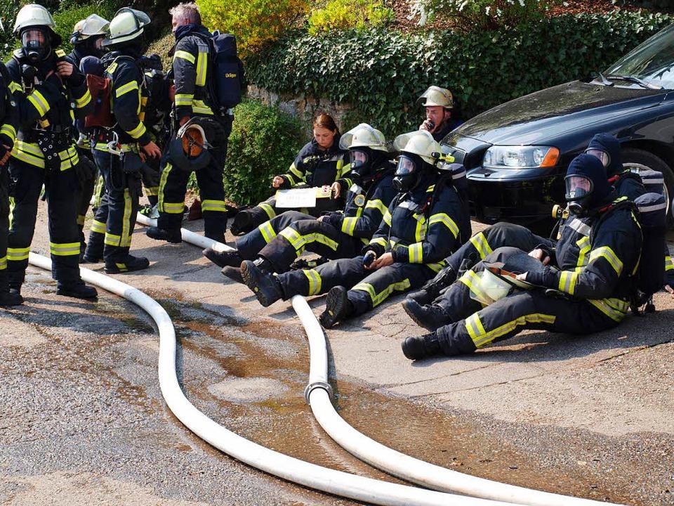 Von der Hitze, dem Rauch und dem total...die Wehrleute eine Ruhepause verdient.    Foto: Paul Schleer