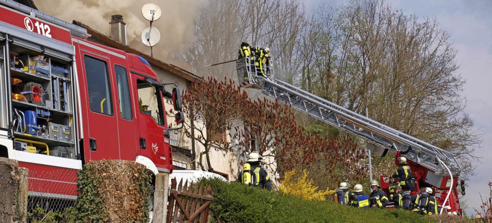 Von der Talseite ging die Feuerwehr mit der Drehleiter vor.   | Foto: Paul Schleer