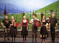 """Die Geschwister Well mit ihrem Programm """"Fein sein, beieinanderbleiben"""" in der Schlosswaldhalle Großweier"""