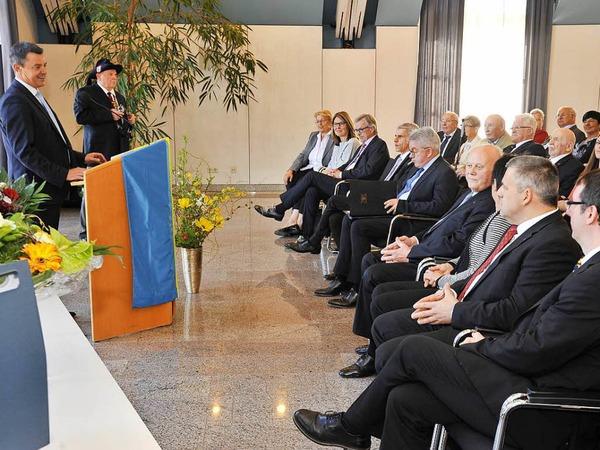 Bad Krozingens Bürgermeister Volker Kieber begrüßt zum Festakt im Ratssaal im Josefshaus.