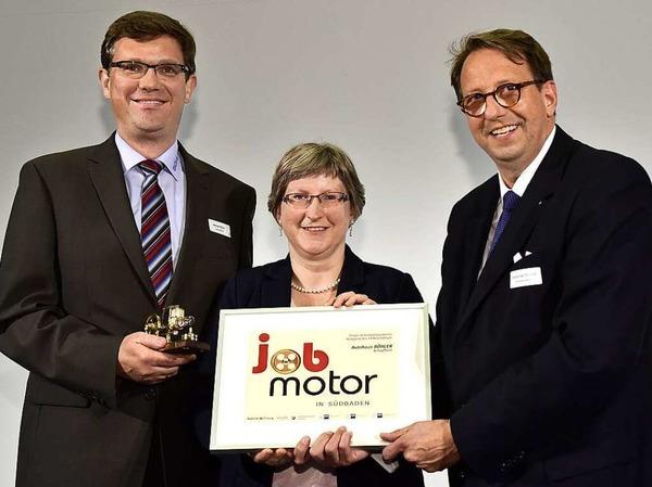 Jobmotor-Sieger Autohaus Böhler (Schopfheim): Michael Böhler (li.) ,  Manuela Böhler-Szemlowski  und Laudator Stephan Karl Schultze (Vizepräsident der IHK Hochrhein-Bodensee.