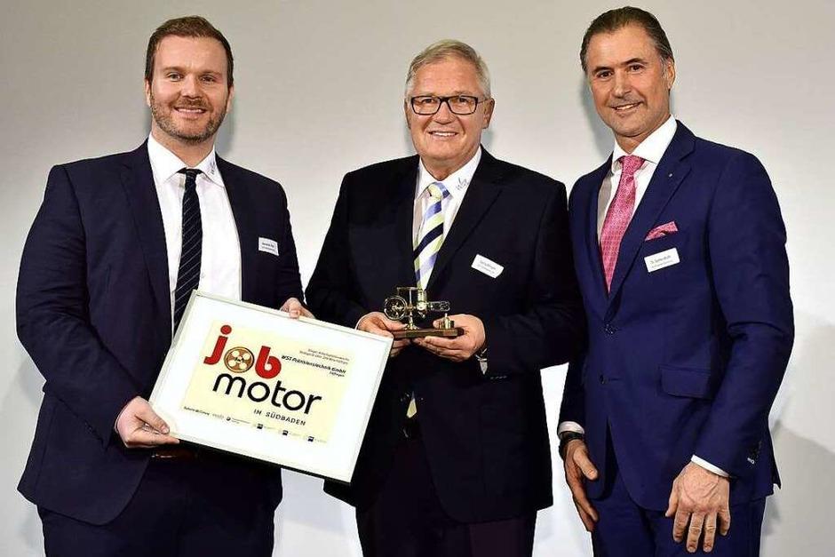 Jobmotor-Sieger WST Präzisionstechnik Löffingen: (v. li.) Alexander Beck, Georg Willmann (beide WST Präzisionstechnik Löffingen) und Laudator Steffen Würth (IHK Schwarzwald-Baar-Heuberg) (Foto: Thomas Kunz)