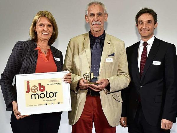 Jobmotor-Sieger Samvardhana Motherson Peguform Bötzingen  : (v.li):  Sabine Zwisler, Gerhard Amann (beide SMP Bötzingen) und Laudator Steffen Auer (IHK Südlicher Oberrhein)