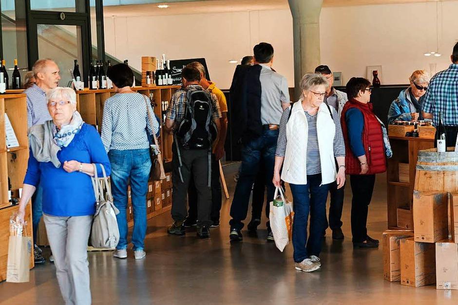 """An der """"Kellerwirtschaft"""" in Oberbergen stellen 25 Hersteller an Ständen ihre regionalen Produkte vor. (Foto: Miroslav Dakov)"""