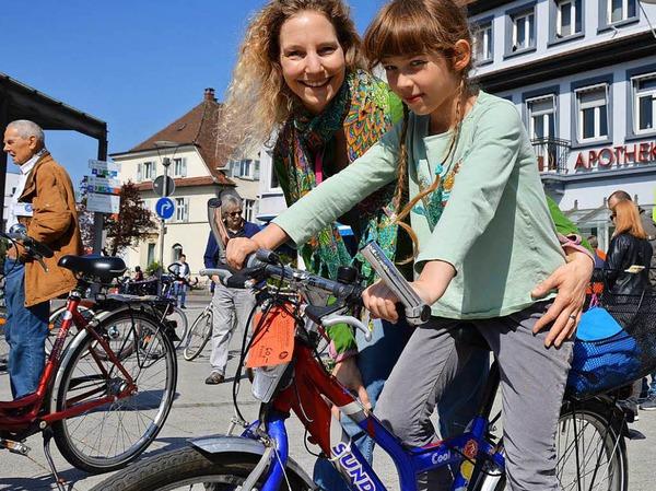 Edda Wulle und ihre Tochter Hannah haben ein neues Fahrrad für die Achtjährige auf der Velobörse gefunden.