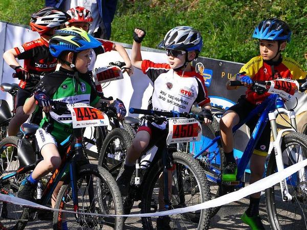 Die Teilnehmer des U9-Rennens muntern sich vor dem Start auf.