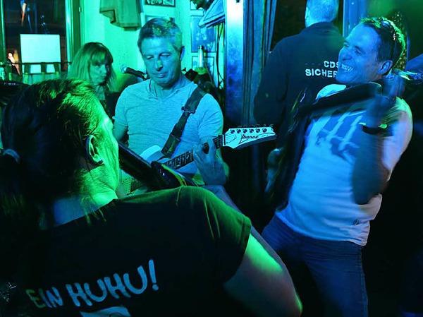 Rock und Luftgitarrenspiel mit Headhunter im Public Pub