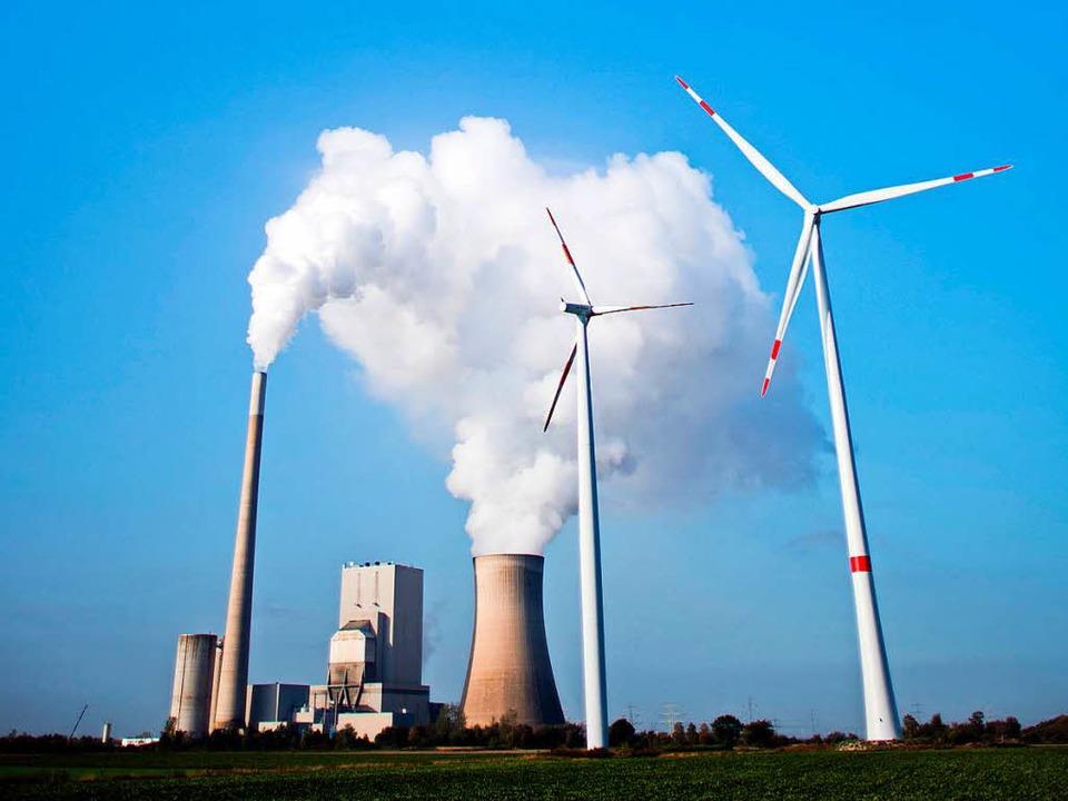 Das Kohlekraftwerk Mehrum in Niedersac...u sehen. Davor stehen zwei Windräder.   | Foto: dpa