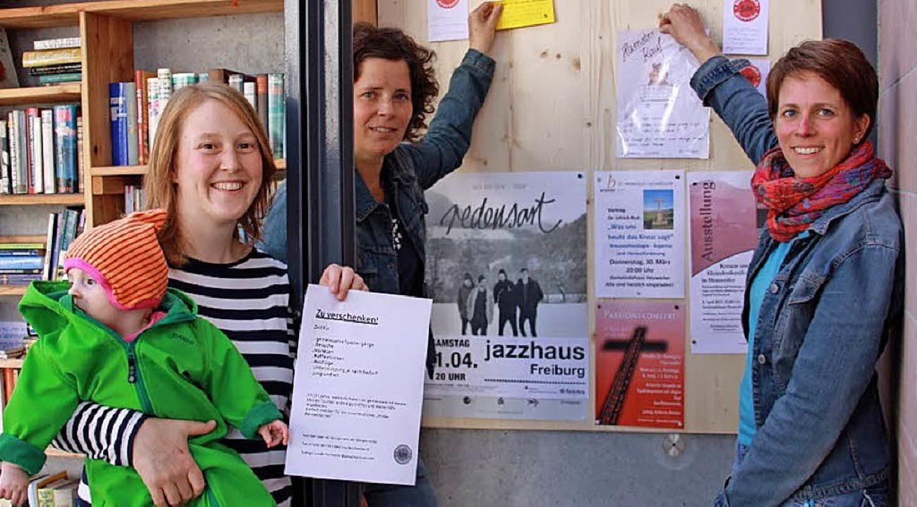 Jule Prohaska, Daniela Giesenhagen und...der Pinnwand für Angebote und Kontakte  | Foto: Privat