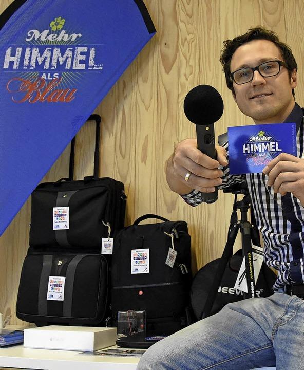 Oliver Zulauf, Bezirksjugendreferent b...k, mit der Ausrüstung des Mediamobils   | Foto: Jonas Hirt