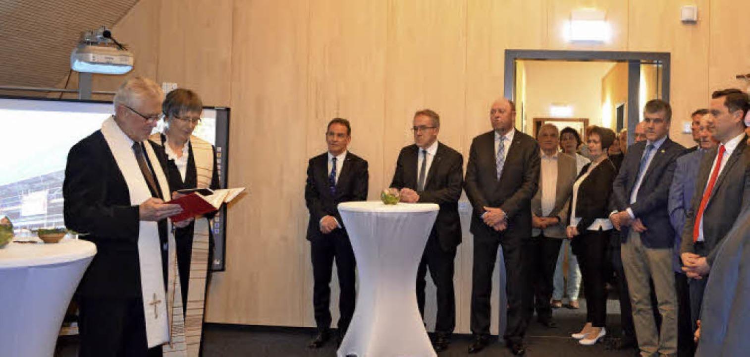 Einweihung im neuen Bürgersaal mit Dek... und Pfarrerin Barbara Müller-Gärtner.  | Foto: Nikolaus Bayer