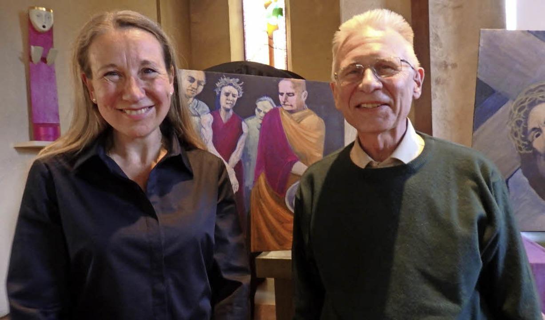 Pfarrerin Britta Goers und Künstler Ch... der Verurteilung Jesu durch Pilatus.   | Foto: Bianca Flier