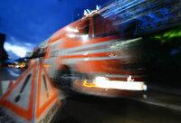 Mehrere Fahrzeuge brennen bei Feuer in altem Steinbruch aus